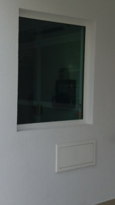 Caixilho com vidro blindado e passa-volumes blindados