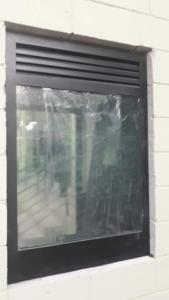 Caixilho com vidro e ventilação blindado